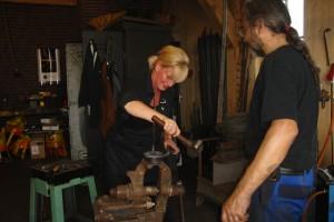 Workshops smeden sta zelf aan het vuur - Ijzer keuken tafel smederij ...